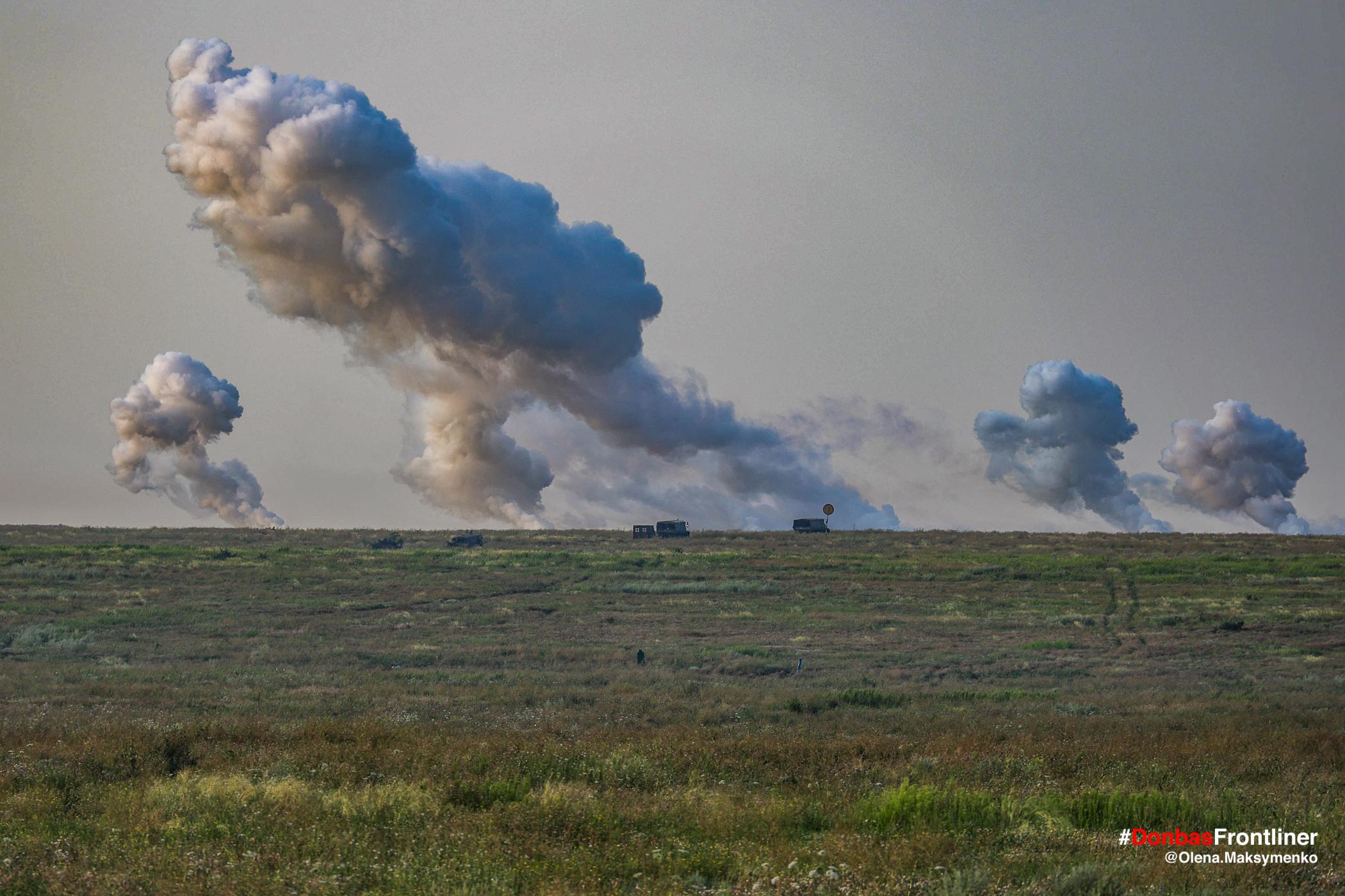 Дим від вибухів снарядів. Бойове тренування 503-го батальйону морської піхоти на Приазов'ї, липень 2021 року