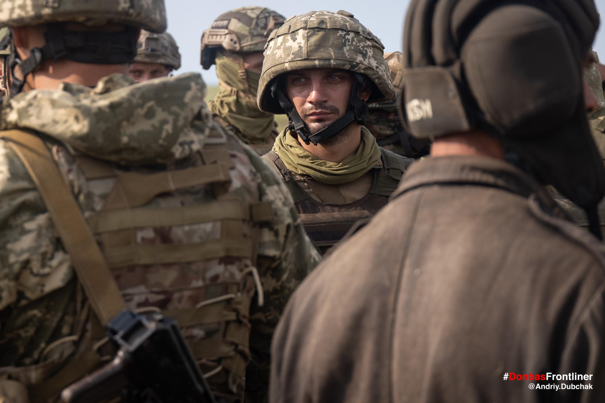 Матрос морської піхоти у шоломі та бронежилеті. Бойове тренування 503-го батальйону морської піхоти на Приазов'ї, липень 2021 року