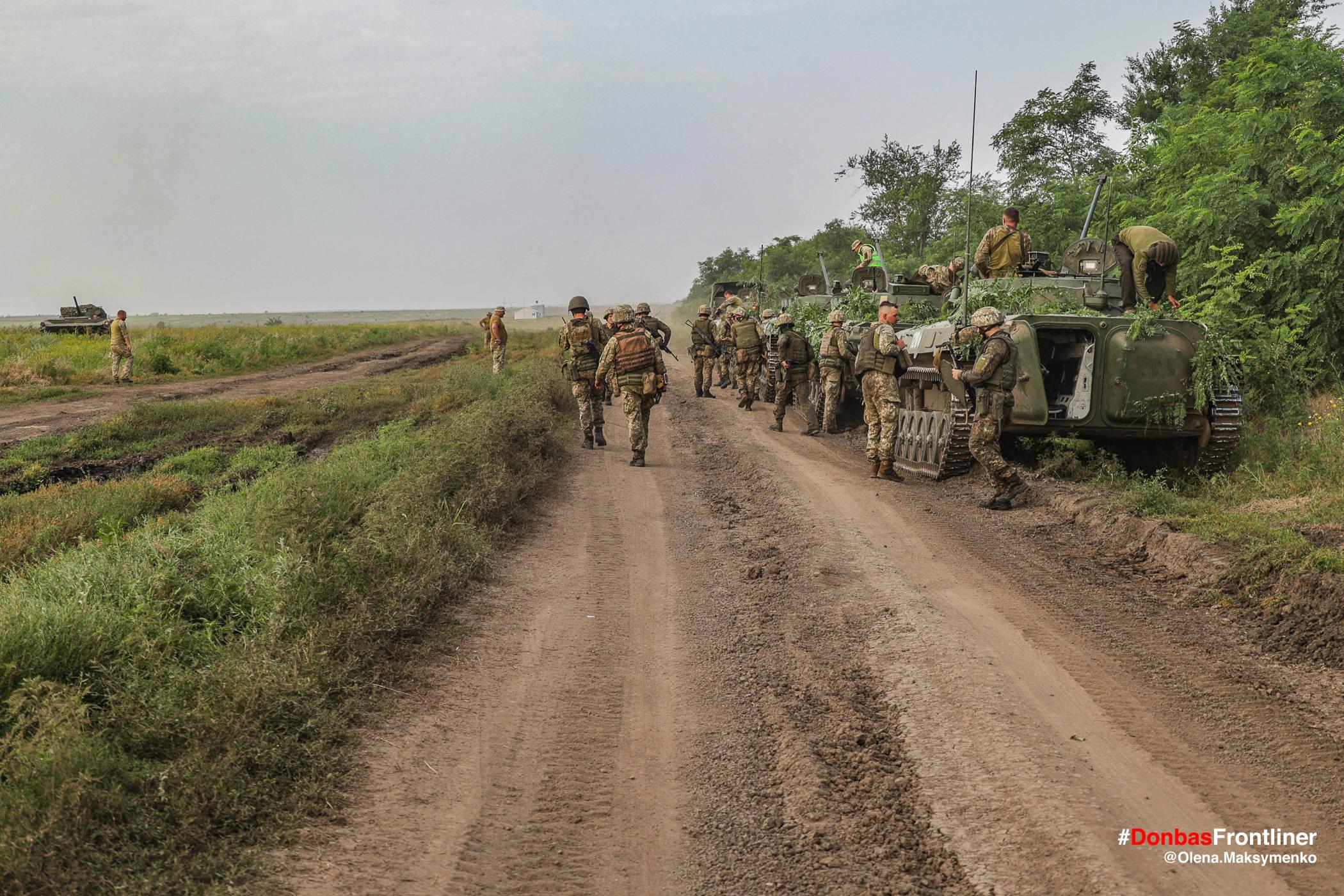 Колона військової техніки після навчань. Бойове тренування 503-го батальйону морської піхоти на Приазов'ї, липень 2021 року