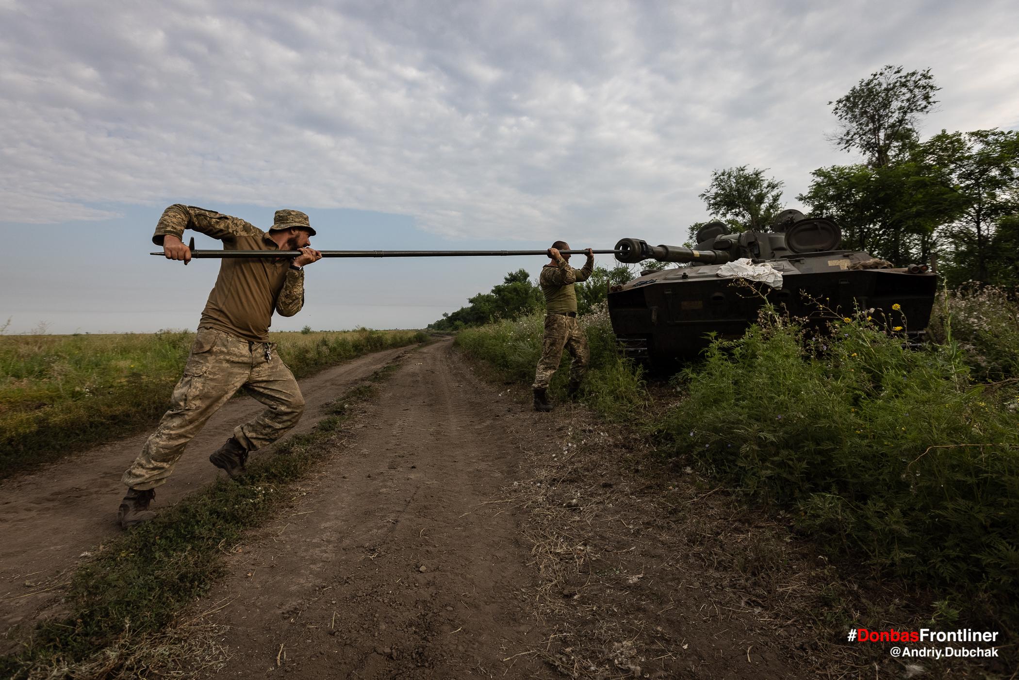 Солдати чистять ствол САУ після стрільб. Бойове тренування 503-го батальйону морської піхоти на Приазов'ї, липень 2021 року