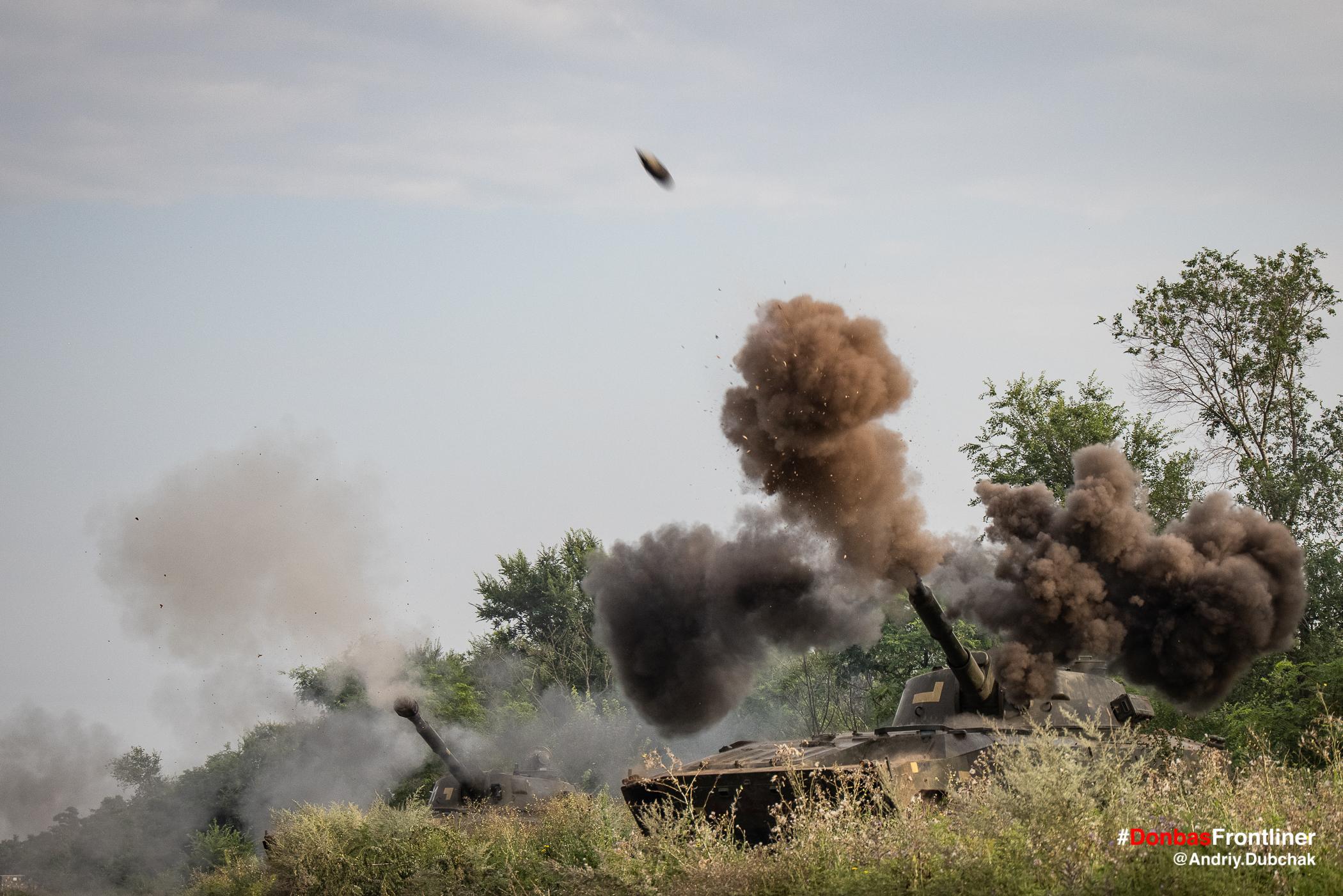 Снаряд вилітає зі стволу САУ. Бойове тренування 503-го батальйону морської піхоти на Приазов'ї, липень 2021 року