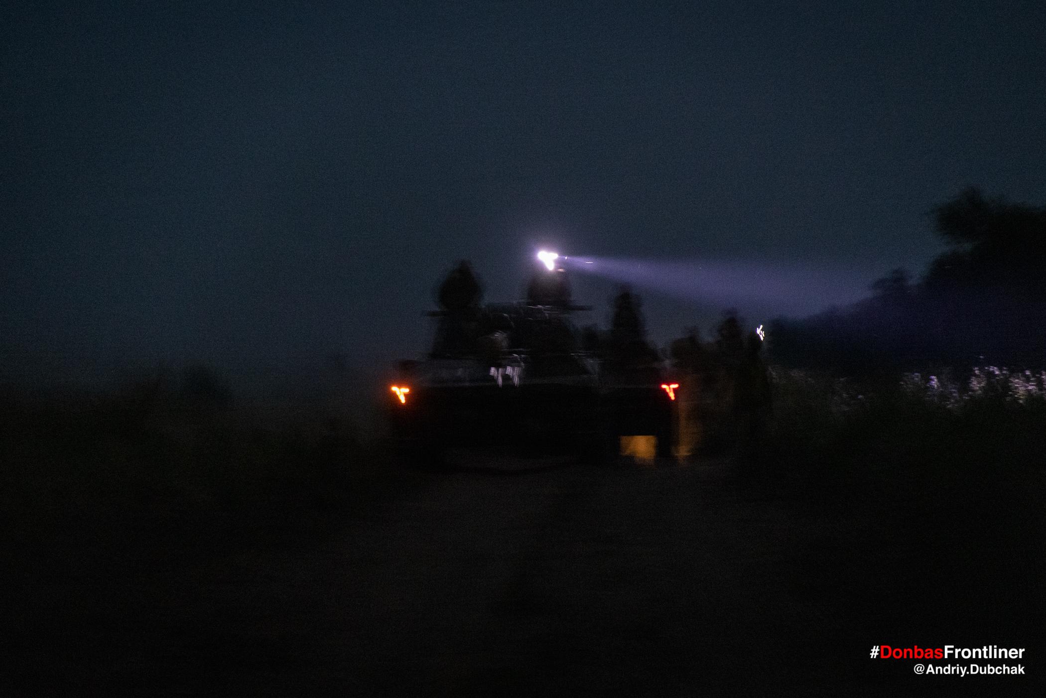 САУ вночі виходять на бойові позиції. Бойове тренування 503-го батальйону морської піхоти на Приазов'ї, липень 2021 року