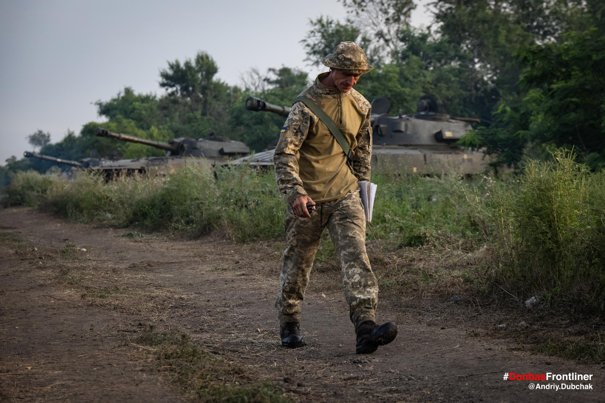 САУ на поготові до пострілу залпом. Бойове тренування 503-го батальйону морської піхоти на Приазов'ї, липень 2021 року