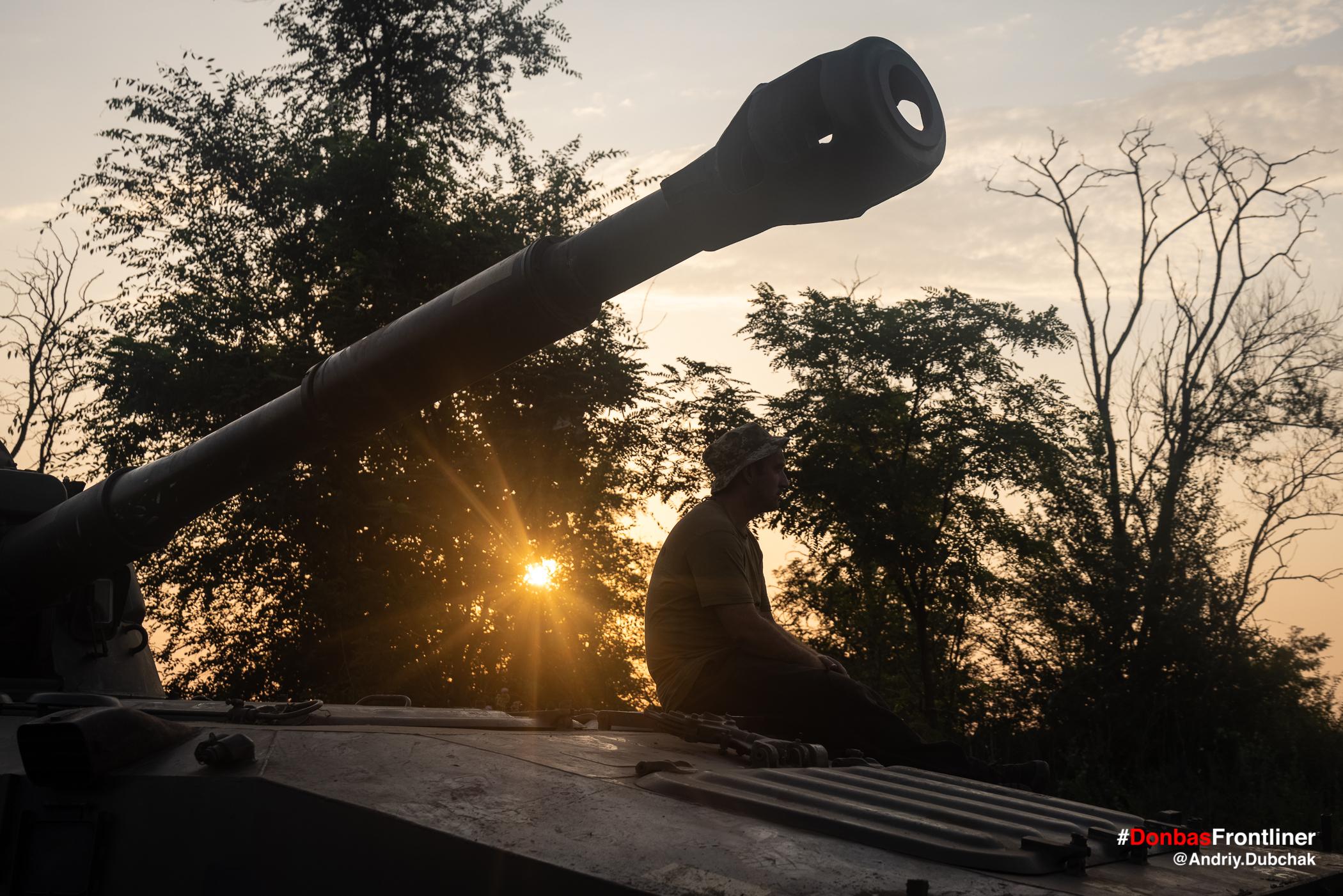 Схід сонця та ствол САУ. Бойове тренування 503-го батальйону морської піхоти на Приазов'ї, липень 2021 року