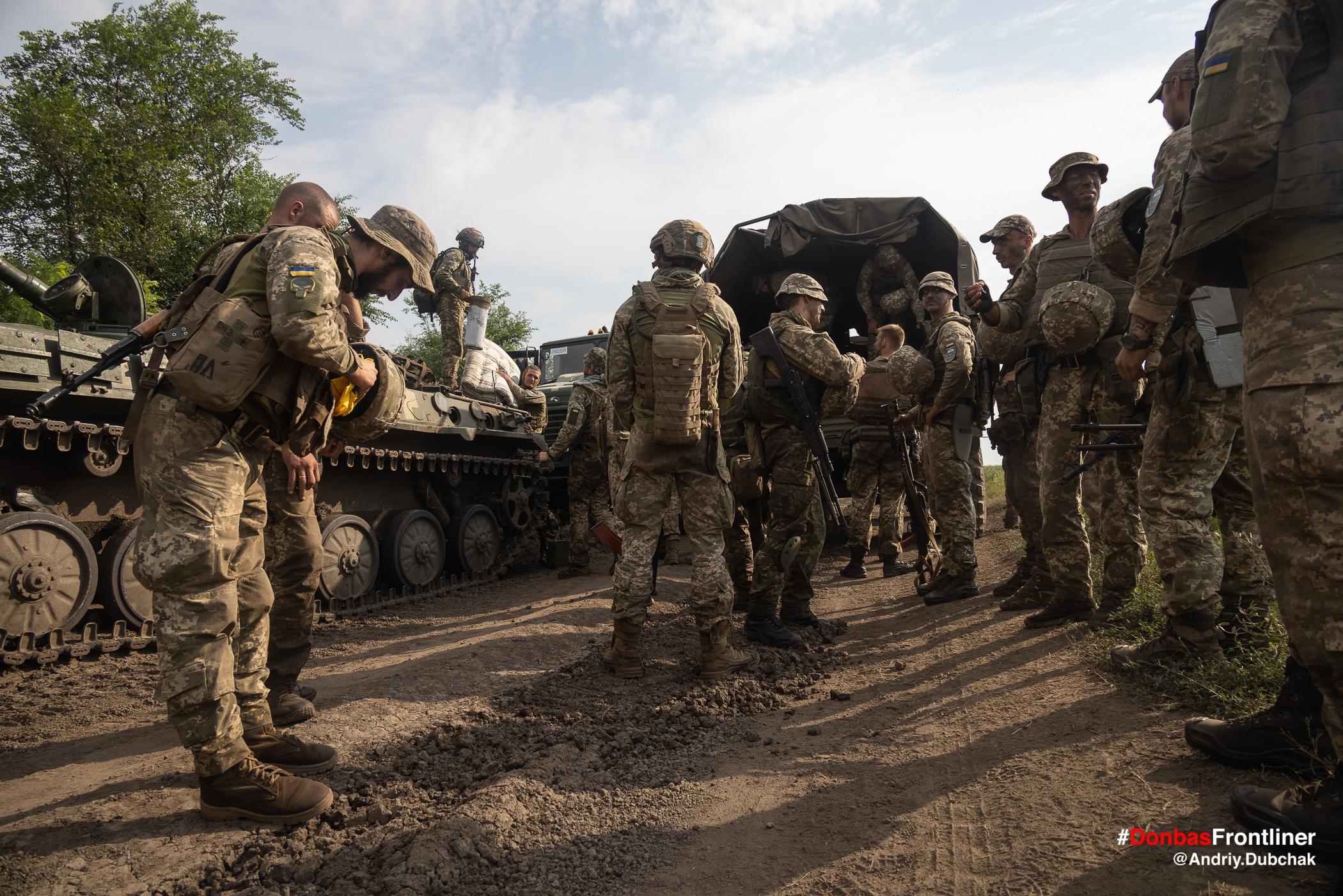 Матроси вантажаться у машину. Бойове тренування 503-го батальйону морської піхоти на Приазов'ї, липень 2021 року