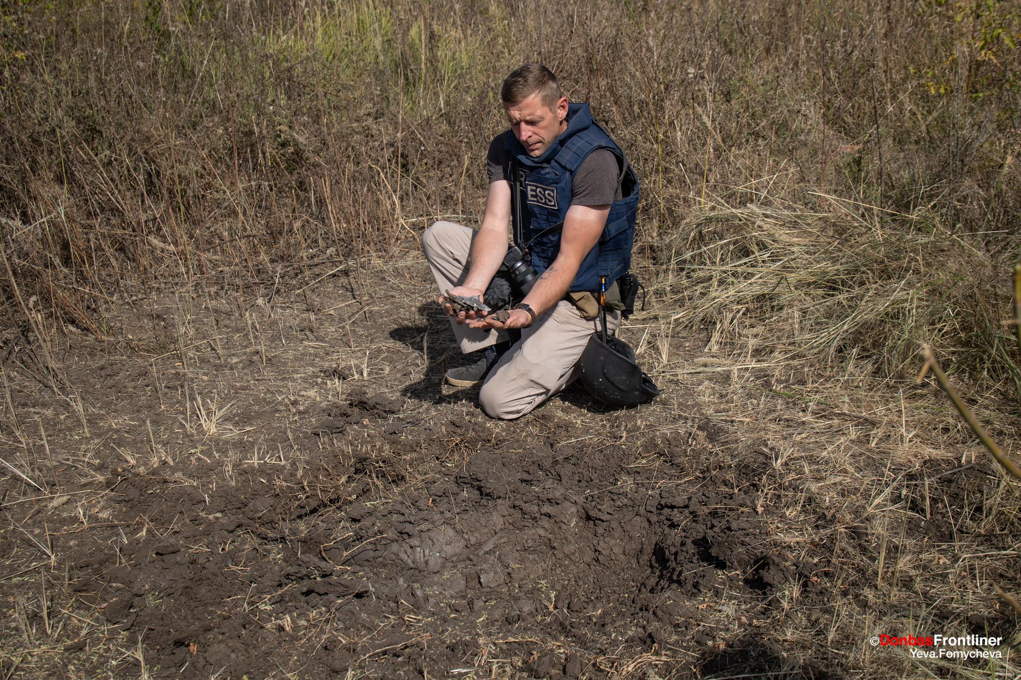 Андрій Дубчак та воронка від 122-мм снаряду