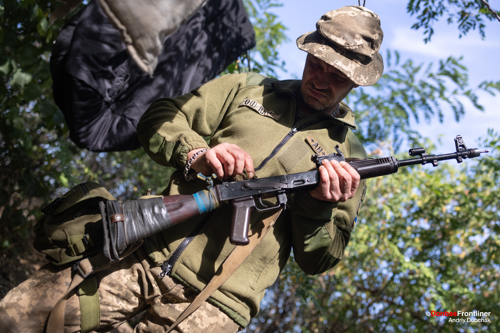 український військовий чистить автомат на позиціях поблизу Горлівки