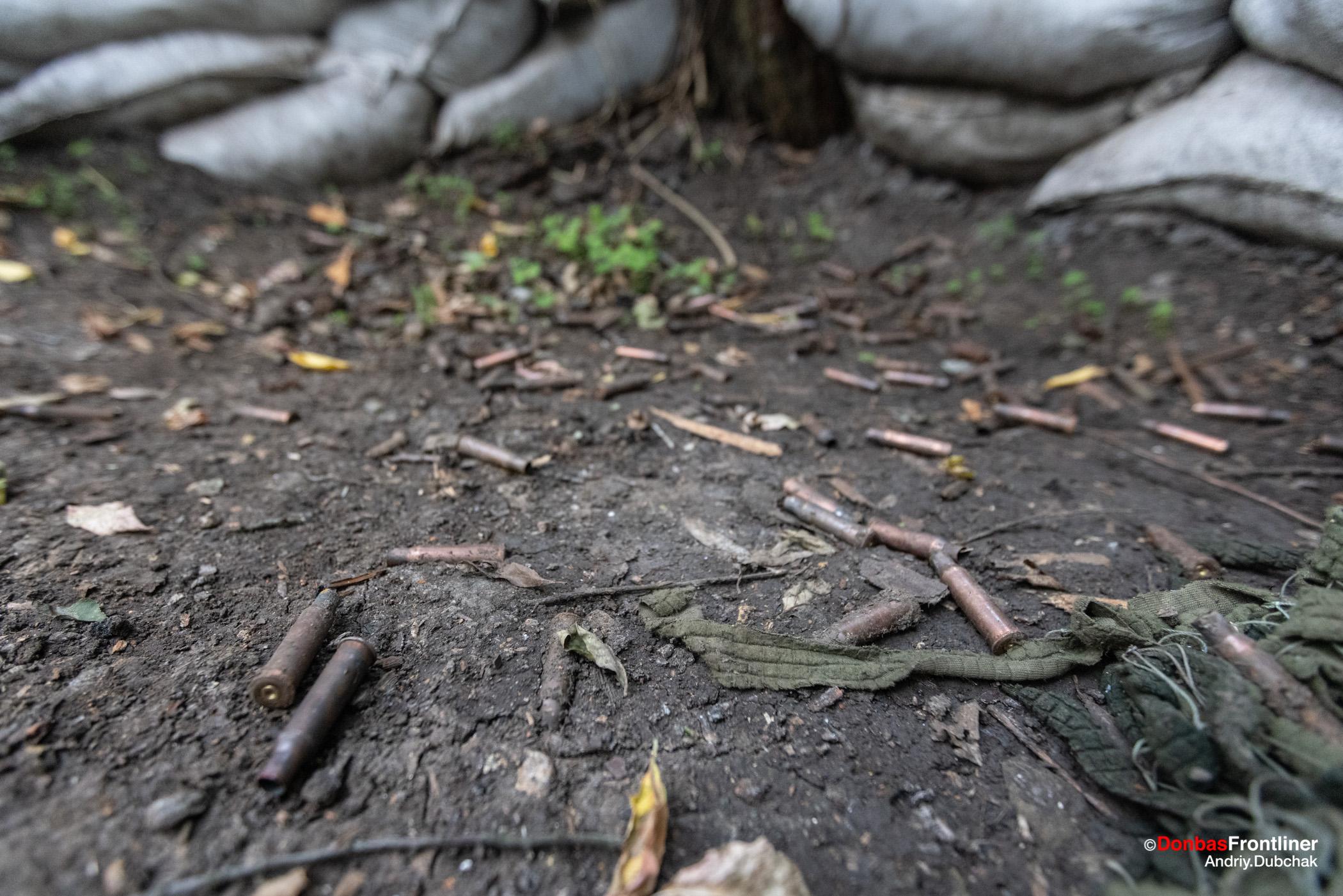 Donbas Fropntliner.  Стріляні гільзи на бойовій позиції ЗСУ