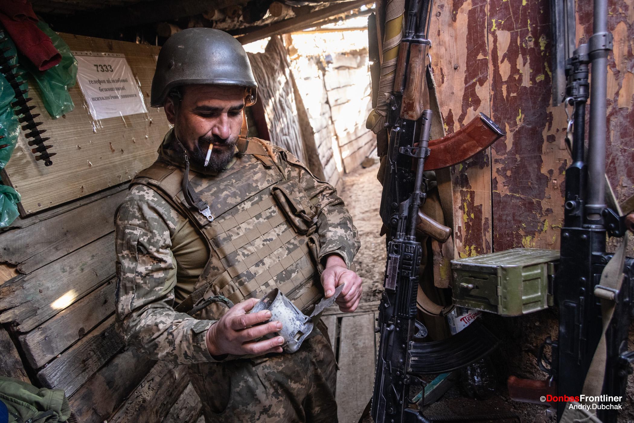 Donbas Fropntliner.  Війна у Золотому - боєць показує рештки російського ПТУРа