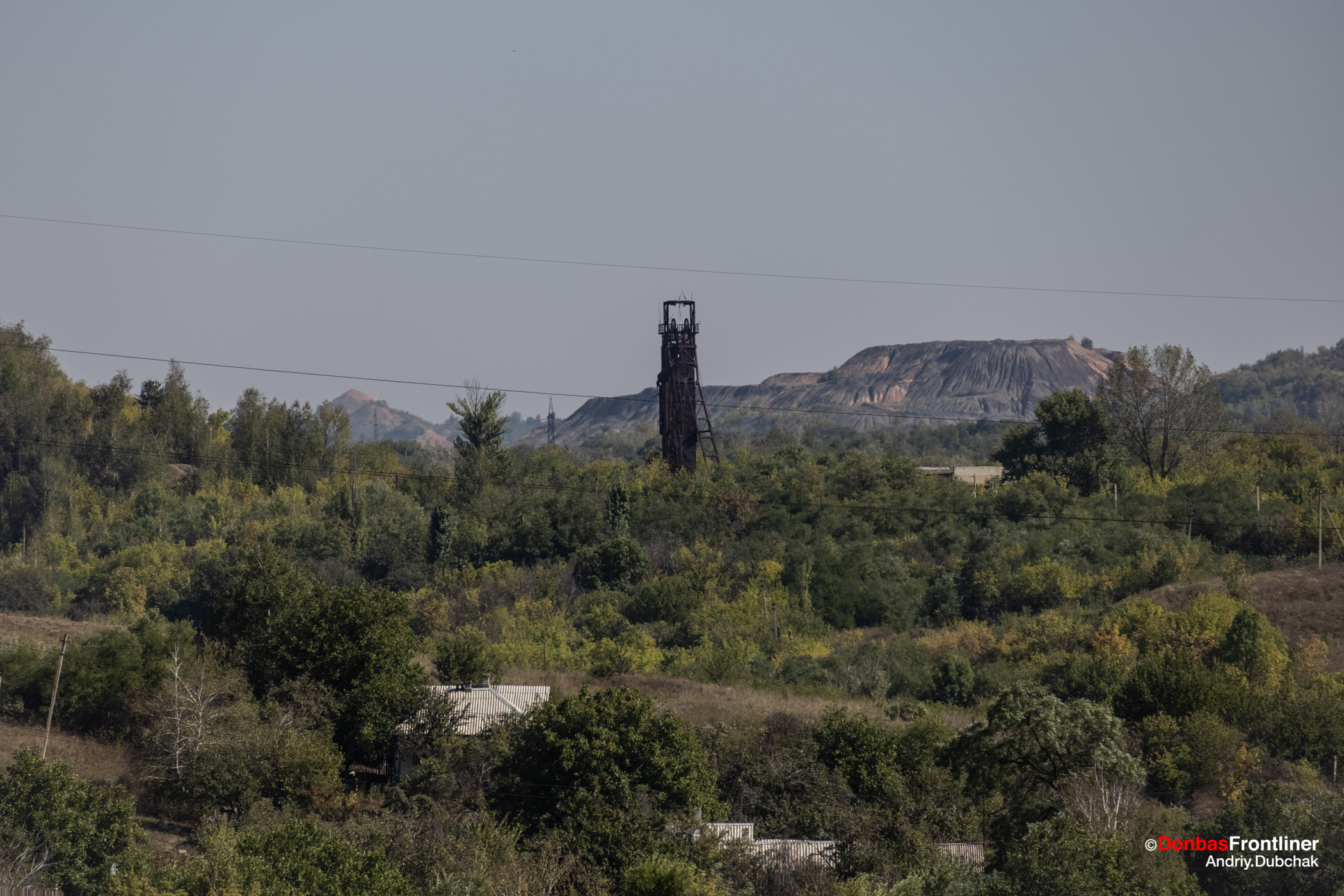 Donbas Fropntliner.  Вигляд на терикон шахти Родіна та терикони під контролем російських гібридних сил