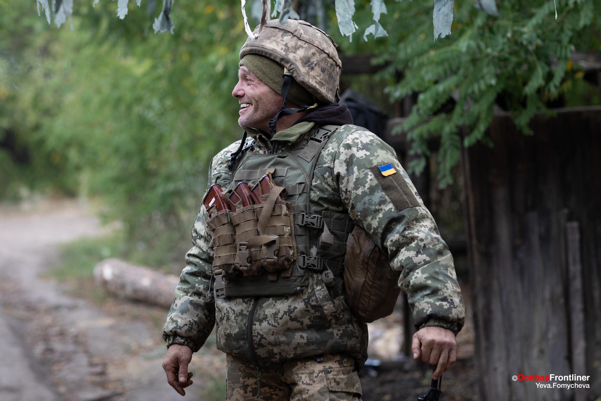 Donbas Fropntliner.  Війна у Золотому - боєць сміється