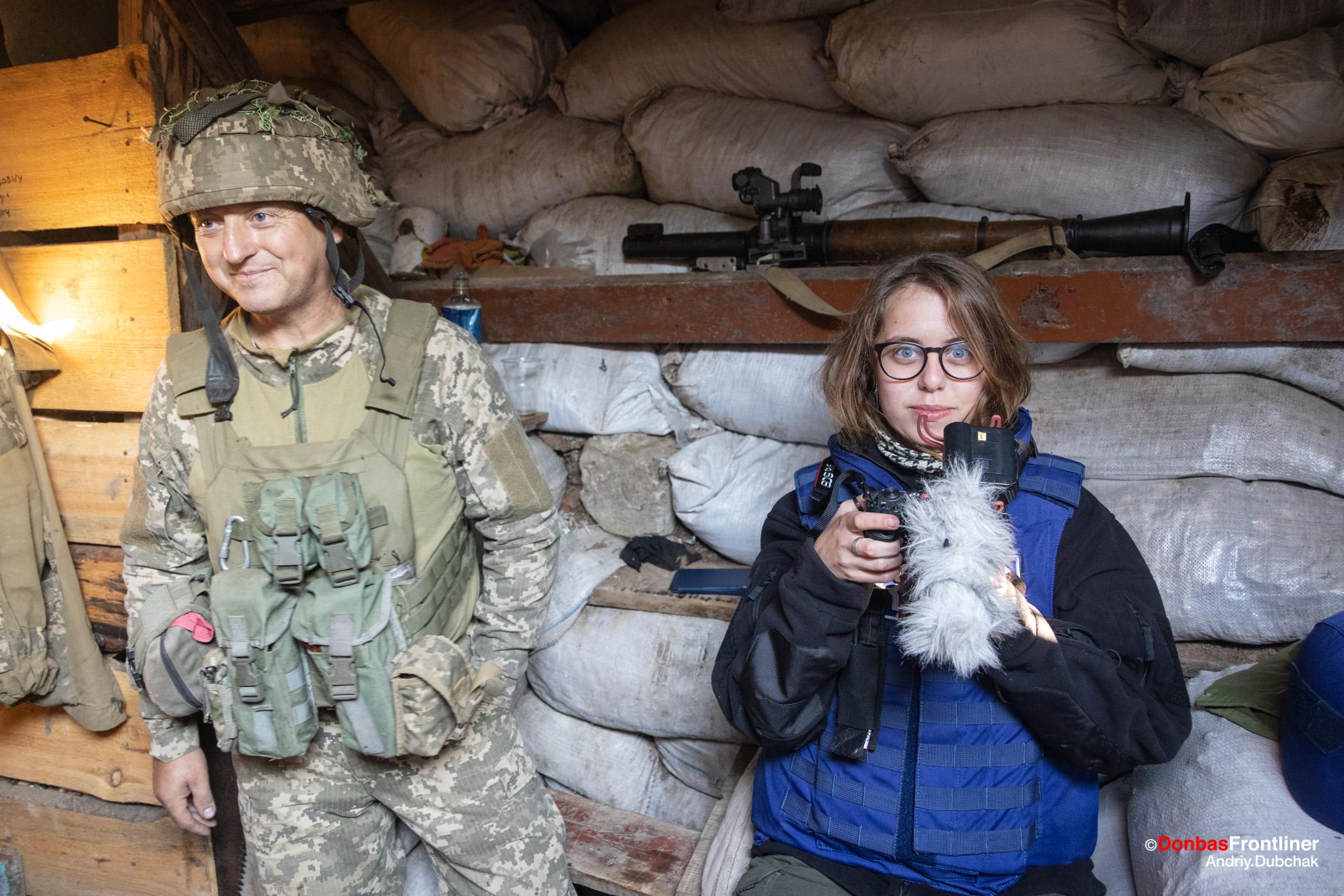 Donbas Fropntliner.  Війна у Золотому - боєць Алладін та кореспондент Донбас Фронтлайнер Єва Фомичева