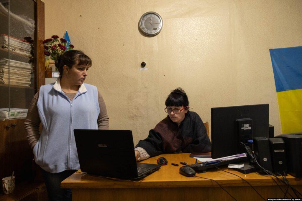 Donbas Frontliner / Діловодки Світлана і Віталіна у сільраді Кримського, вересень 2021