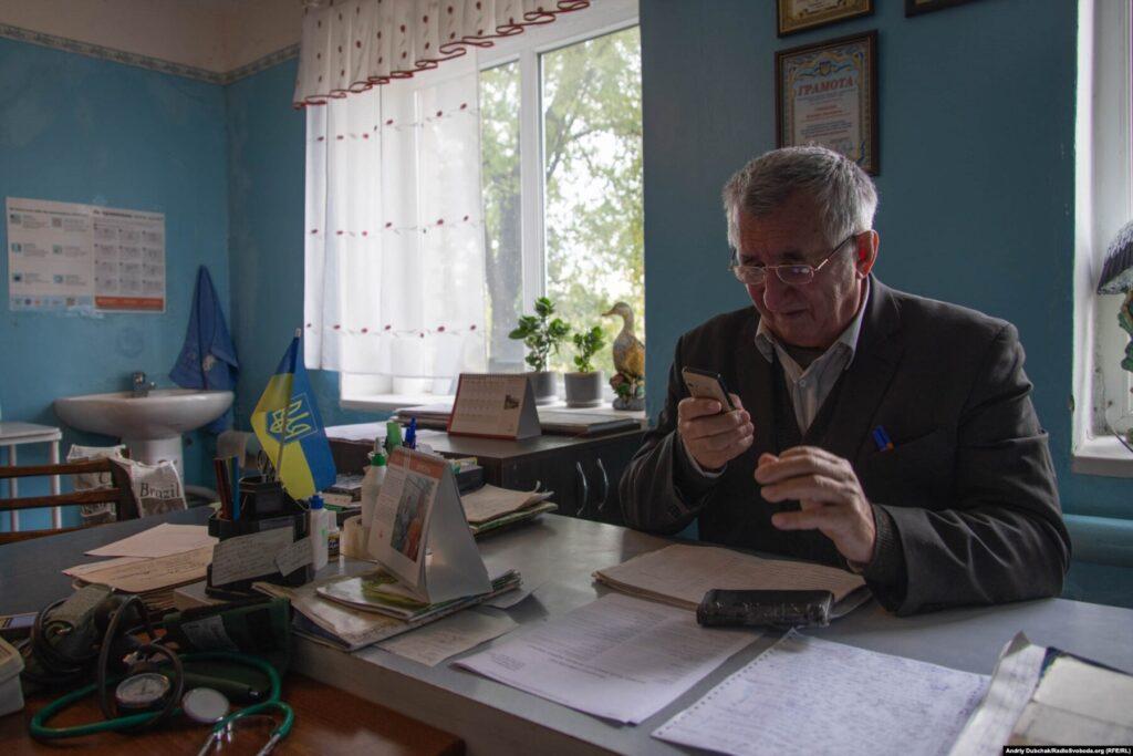 Лікар-терапевт Кримської сільської амбулаторії Валерій Гриненко на робочому місці, Кримське, вересень 2021 року