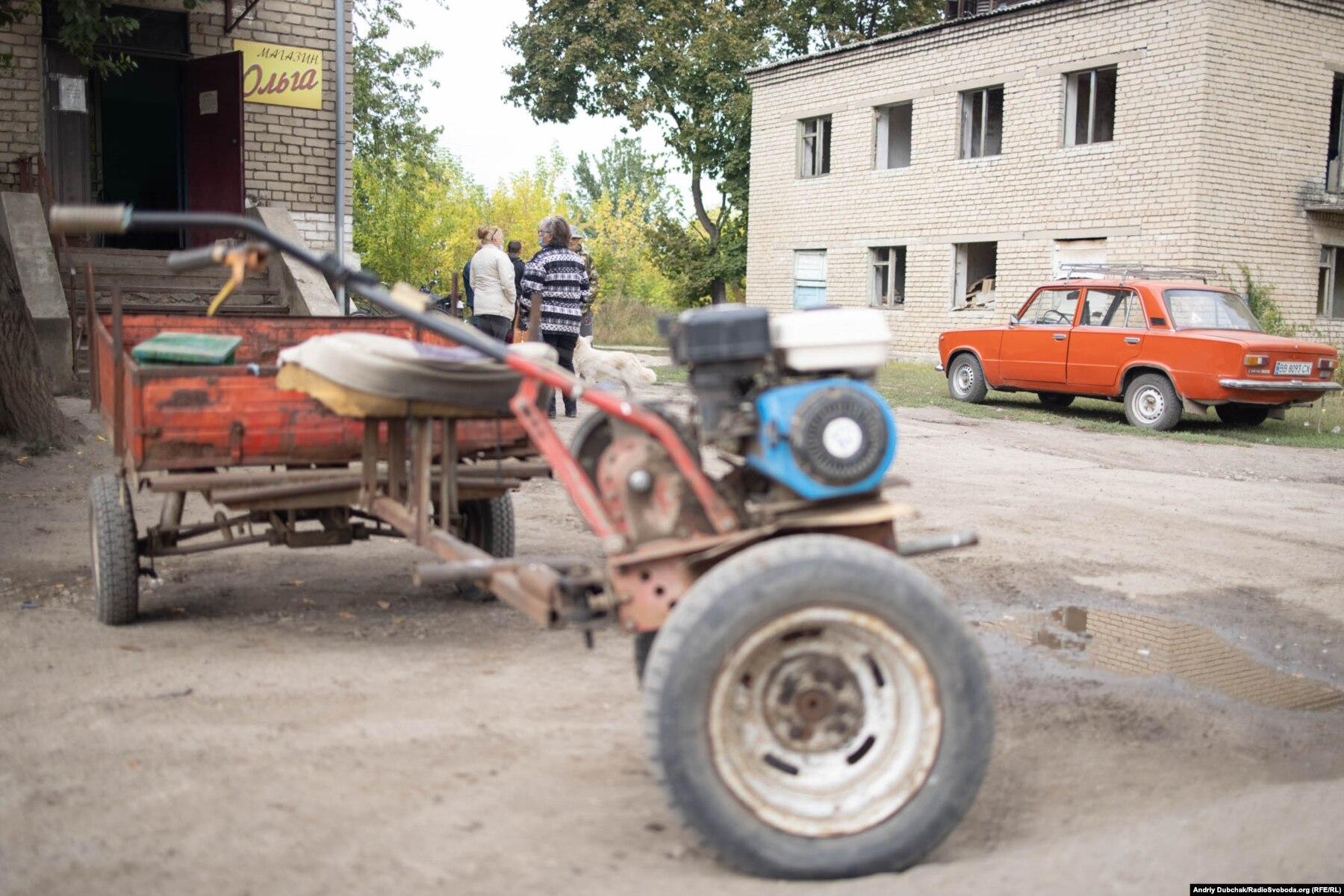 Donbas Frontliner / Мотоблок та черга на вакцинацію біля амбулаторії та магазина села Кримське, вересень 2021 року