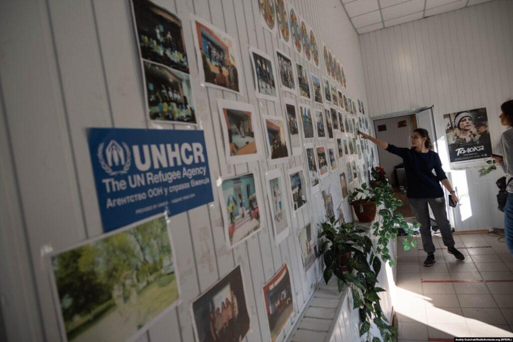 Юлія показує колекцію фотографій, яка висвітлює життя села та клубу, Кримське, вересень 2021 року