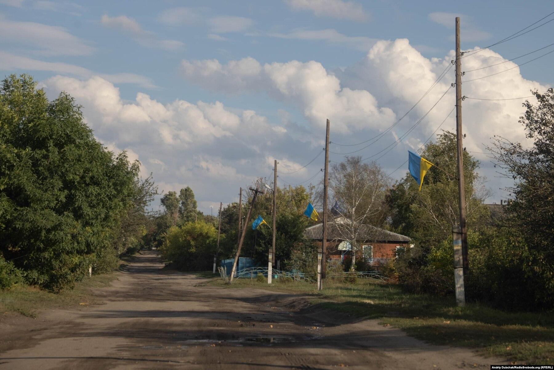 Donbas Frontliner /  Прапори на вулиці Миру села Кримське, вересень 2021 року