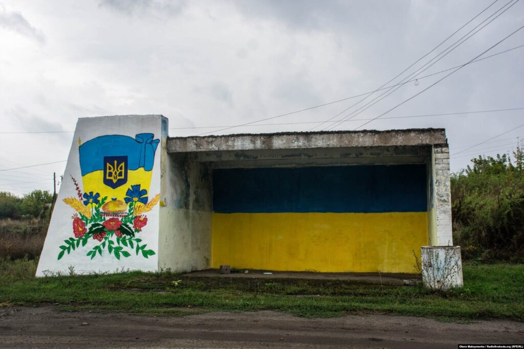DonbasFrontliner / Автобусна зупинка напроти сільського клубу Кримського, вересень 2021 року