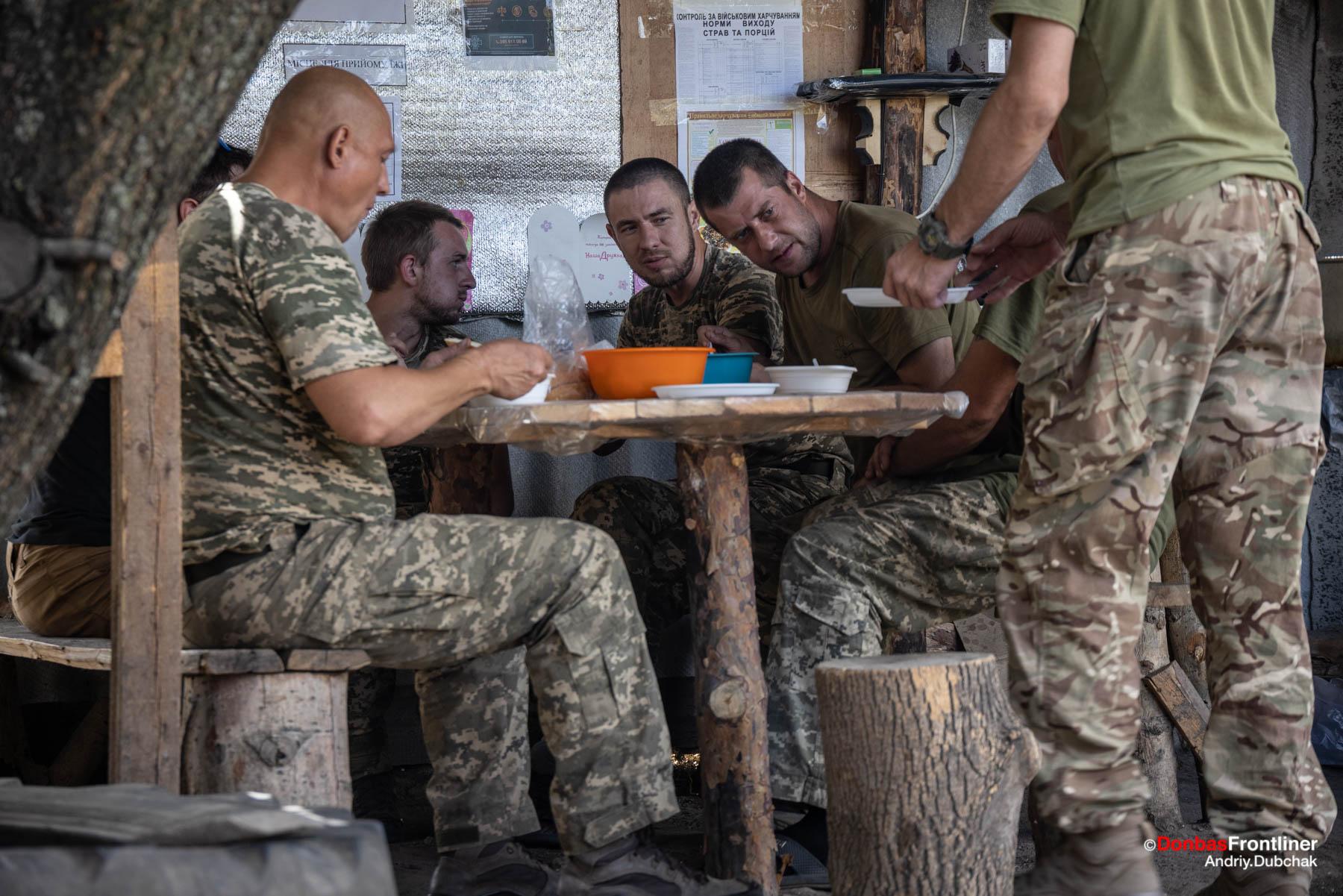 Солдати їдять на літній кухні, Луганська область, серпень 2021 року