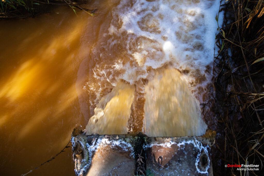 Donbas Frontliner / Шахтна вода витікає у річку Комишуваха. Золоте. Родіна.