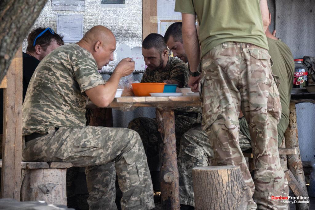 Донбас Фронтлайнер / Бійці 57 омпбр за обідом